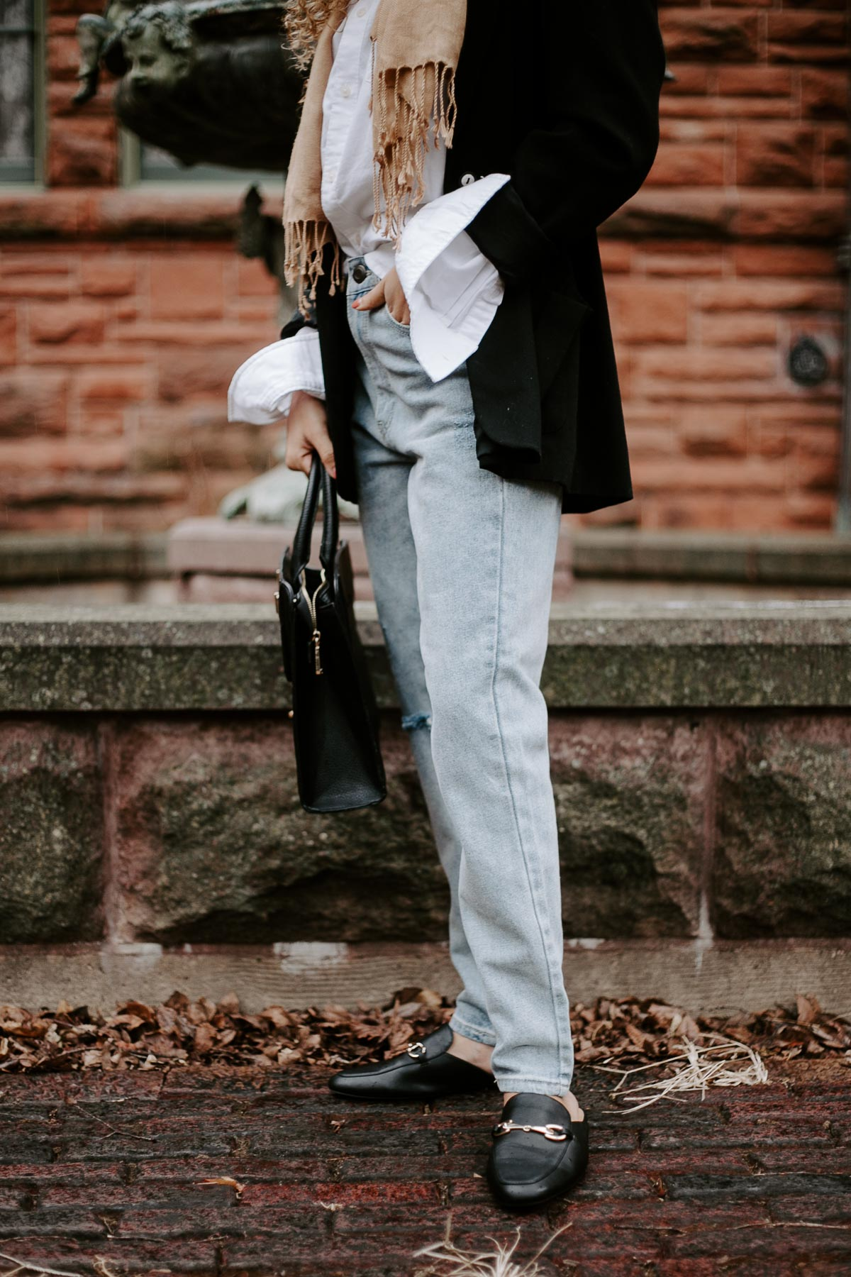 Love chic parisian style as much as I do? Here are two perfect 5 piece French outfits!