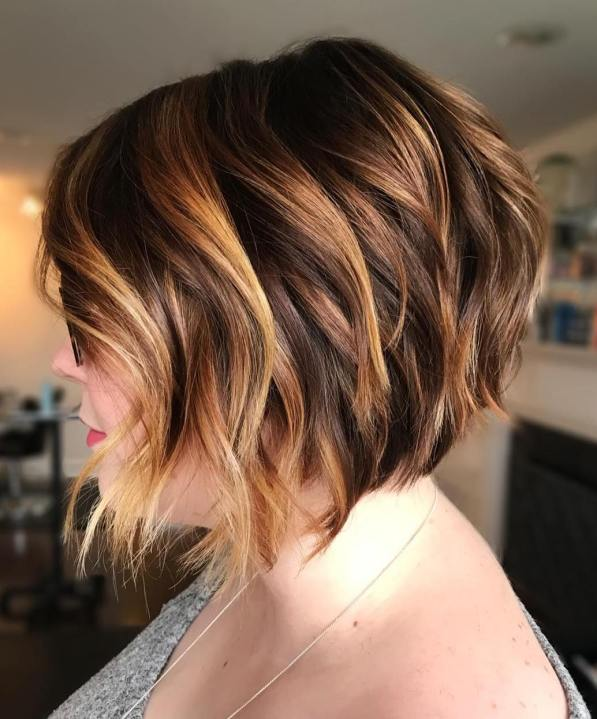 Short brunette hair with caramel highlights by Ana Grisi